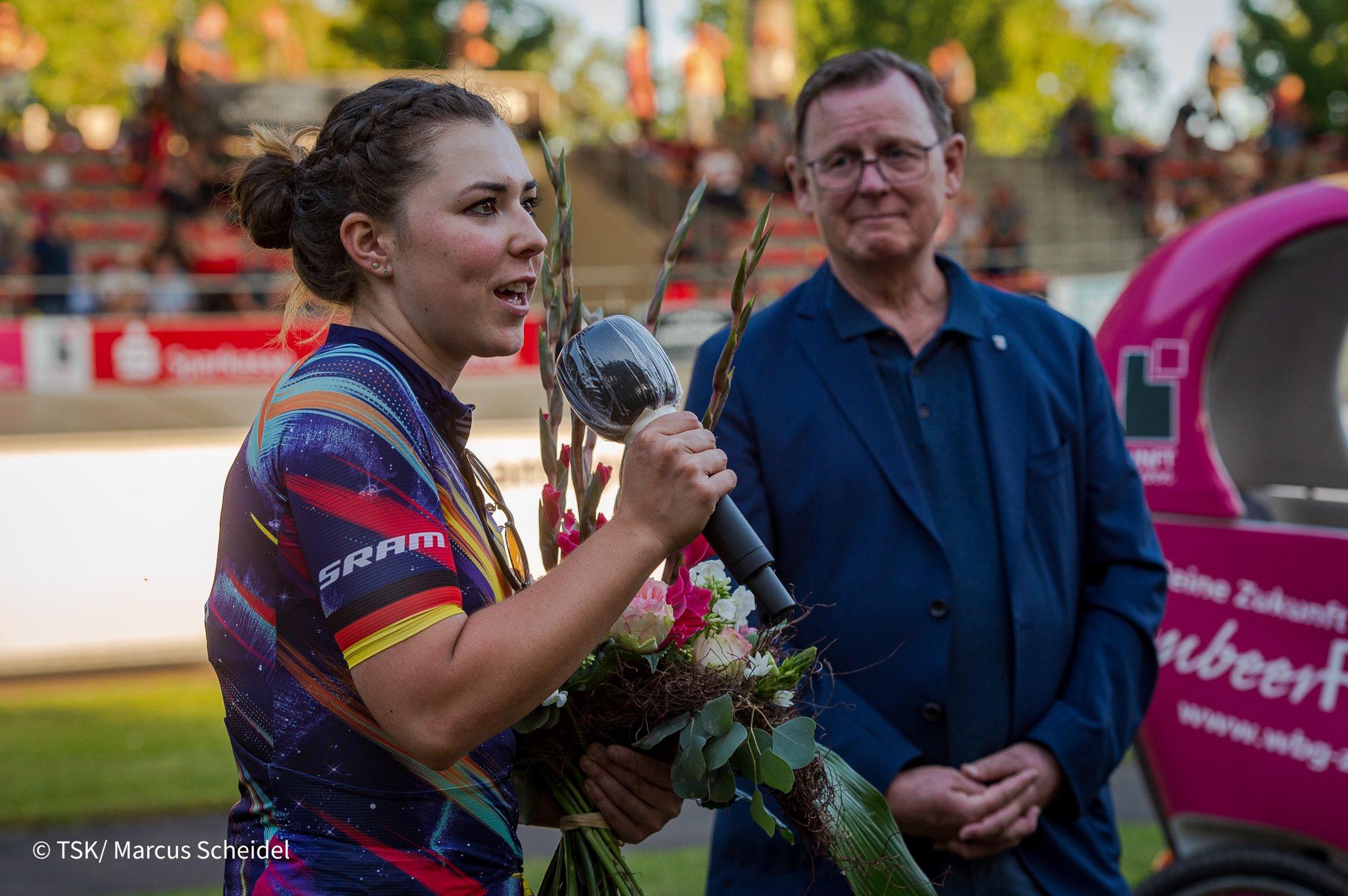 Ministerpräsident Bodo Ramelow ehrte die diesjährige Olympiasiegerin Lisa Klein beim 2. Erfurter Steherrennen 2021 auf der Rennbahn Andreasried.