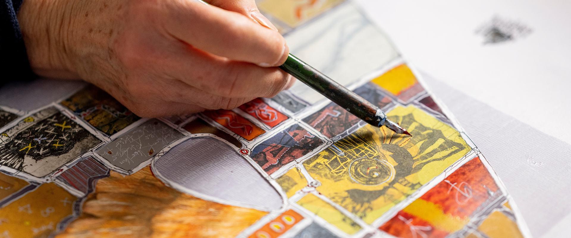 Nahaufnahme der malenden Hand von Eva Bruszis in ihrem Atelier in Erfurt